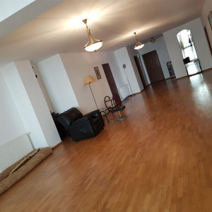Apartament foarte spatios 3 camere Polona